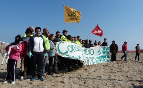 Associazioni di volontariato puliscono spiagge con aiuto imprenditori locali e giornali