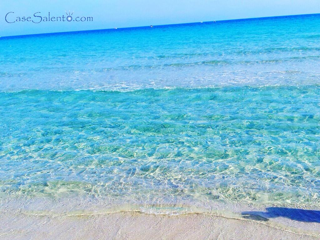 La spiaggia delle Alimini in primavera, adiacenti alla spiaggia, verso l'interno, vi sono i 2 famosi laghi