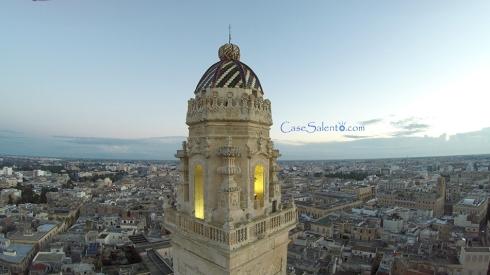 Il bellissimo campanile ripreso con drone, sfoggia la sua bellezza svettando sulla città