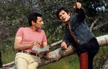Battisti e Mogol in un campo