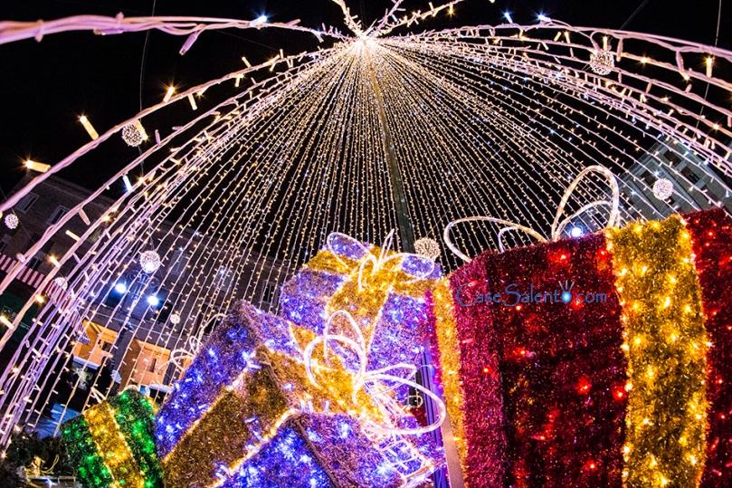 Il bell'albero in piazza Sant'Oronzo, con i regali di Natale luminosi, fine addobbo del periodo Natalizio Leccese
